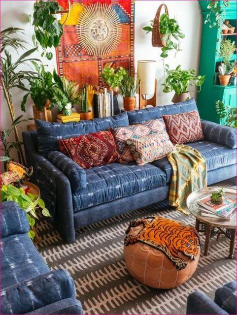 Sofá azul de dois lugares no estilo boho.