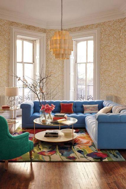 Sofá de canto em sala colorida.