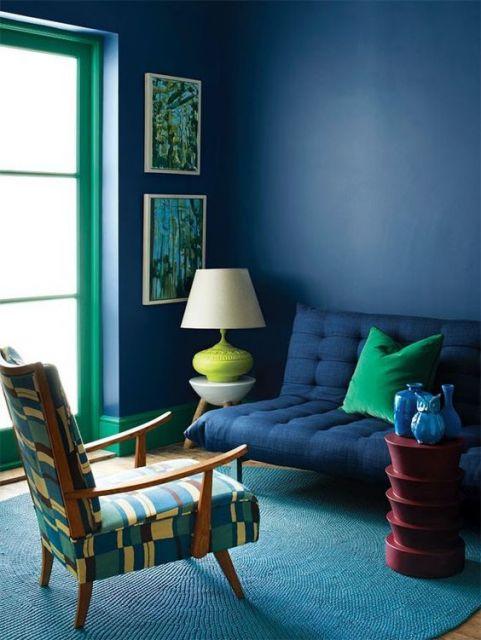 Sala azul escuro e verde.
