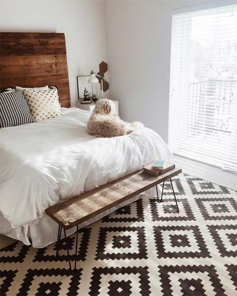 tapete com estampa geométrica em quarto com cabeceira de madeira