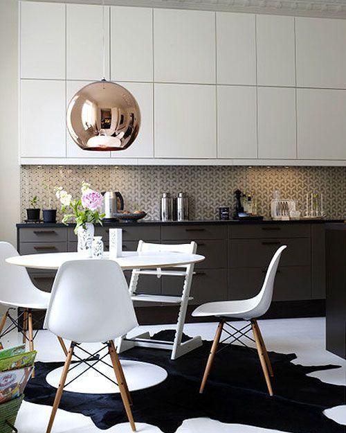 tapete preto em formato abstrato em cozinha