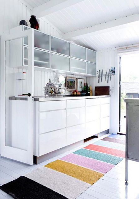 tapete listrado colorido em cozinha branca