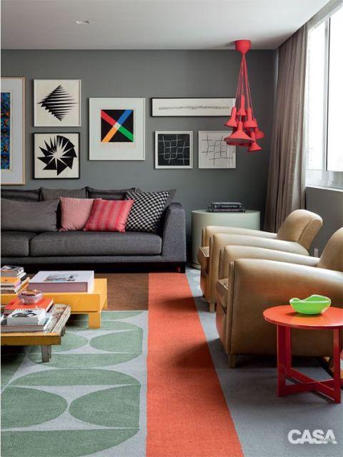 tapete moderno com estampa abstrata em azul e laranja em sala