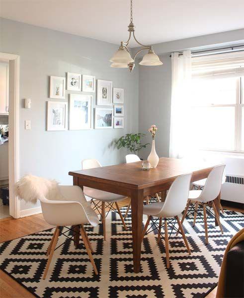 tapete geométrico preto e branco em sala de jantar branca