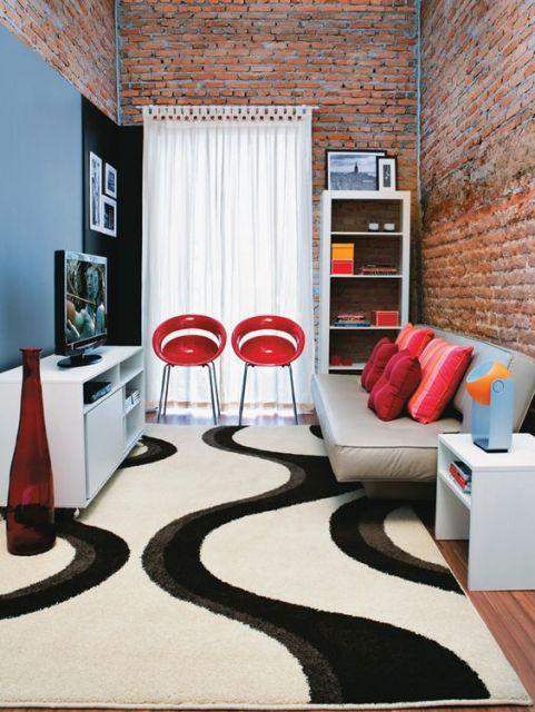 tapete preto e branco com estampa arredondada em sala de TV