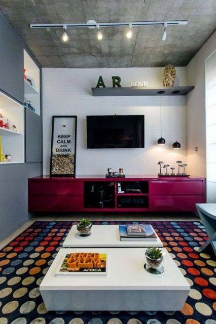 tapete com estampa de círculos redondos em sala de TV