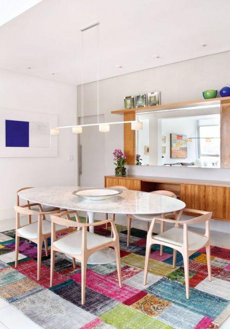 tapete quadriculado colorido em sala de jantar