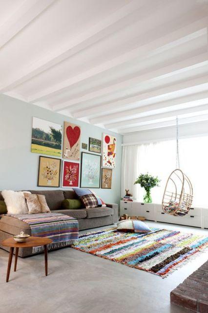 tapete listrado colorido em sala