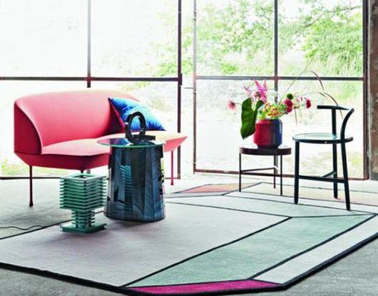 tapete moderno geométrico com detalhe em rosa em canto de sala