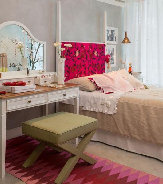 tapete rosa embaixo de penteadeira no quarto