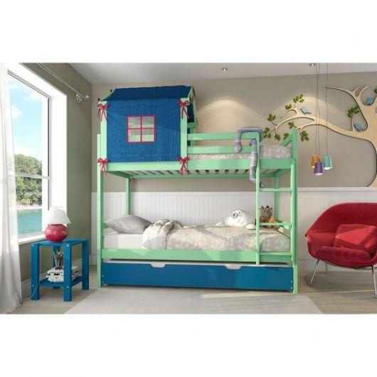 treliche de madeira com duas cores e uma casinha sobre a cama de cima