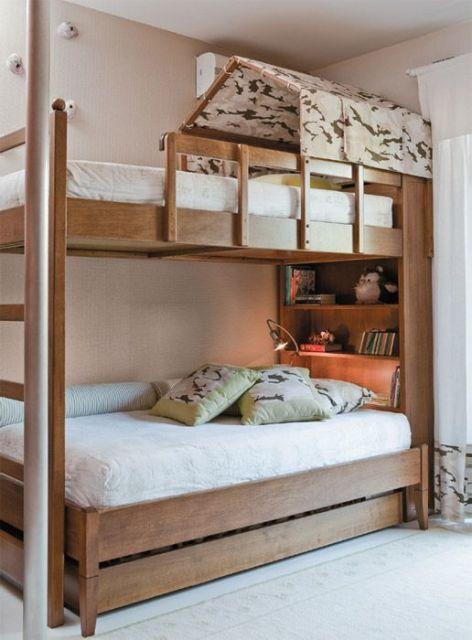 treliche de madeira escuro com casinha sobre cama de cima