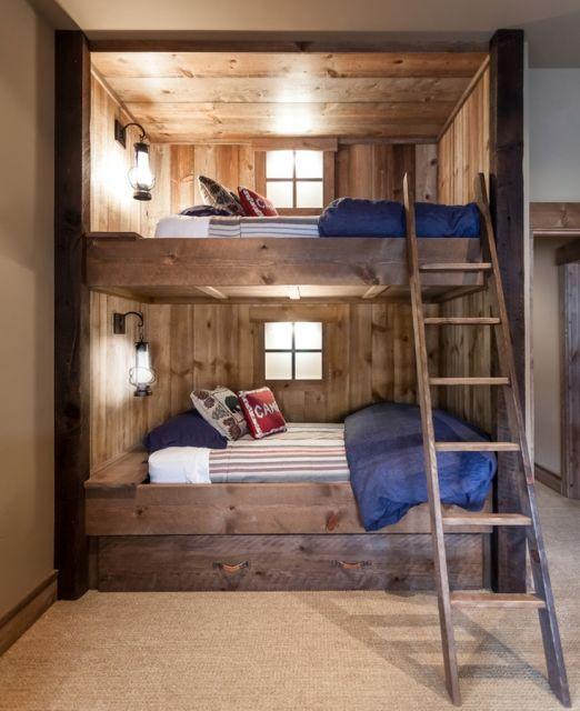 treliche de madeira com teto, parede e luminária