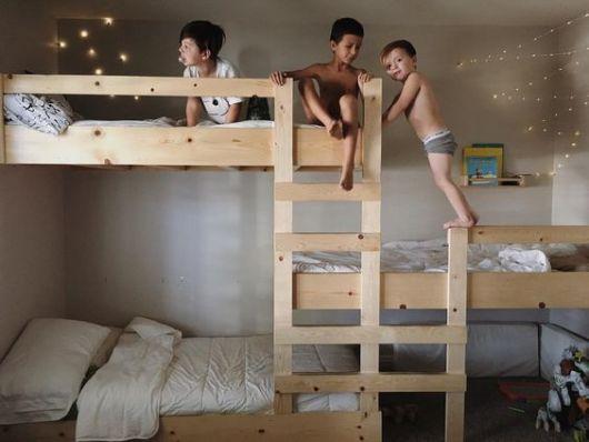 treliche de madeira clara com as camas de cada lado