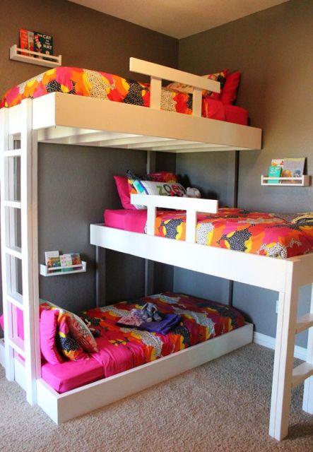 treliche de madeira branca com cada cama arranjada de uma forma e uma revistaria na parede