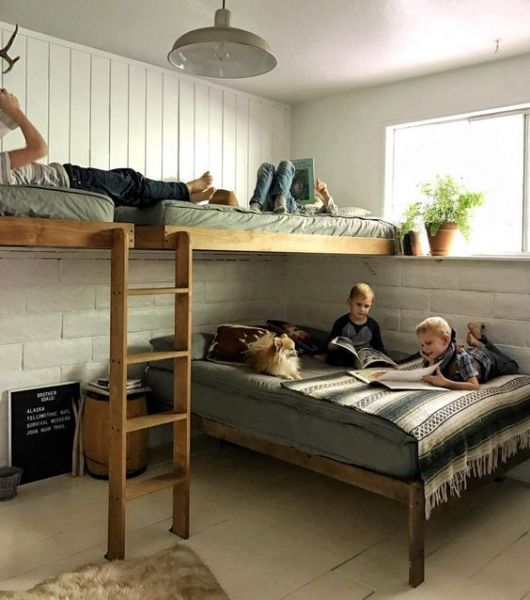 treliche de madeira com duas camas em cima e uma embaixo