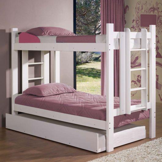treliche de madeira branca com roupa de cama rosa