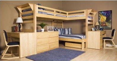 treliche de madeira com duas escrivaninhas