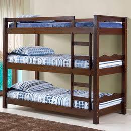 treliche de madeira escura com roupa de cama azul
