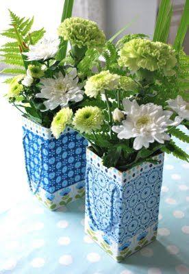 Caixinhas com tecidos azuis e corrente.