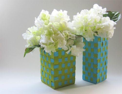 Vasos azuis e verdes com textura trançada.