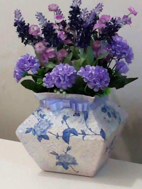 Vaso de caixa de leite com massa corrida, pintura e laço azul.