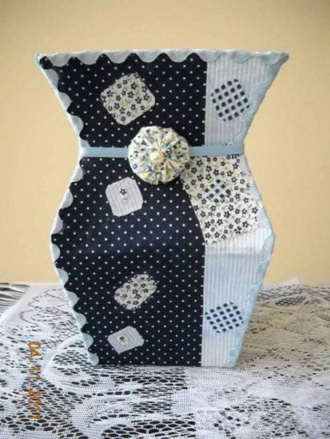 Vaso de caixa de leite com tecidos branco e preto.