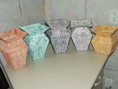 Cinco vasos de caixa de leite com cores diferentes.