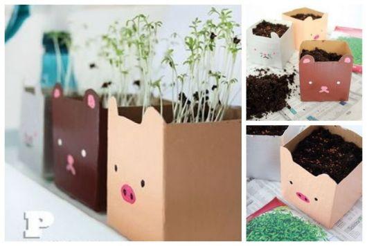 Montagem com vasos marrons com desenho de porquinho.