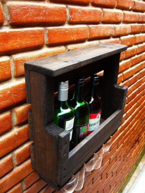 Adega de parede pequena com a parte superior coberta e três garrafas posicionadas em seu interior