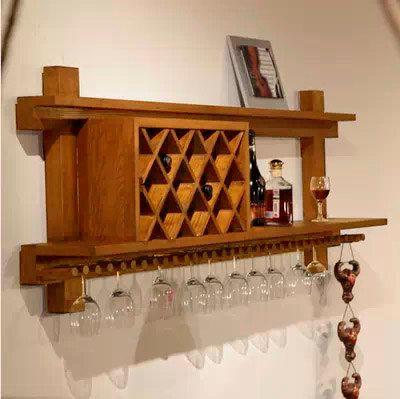Adega de parede feita de madeira que possibilita a inserção de garrafas tanto na horizontal quanto na vertical