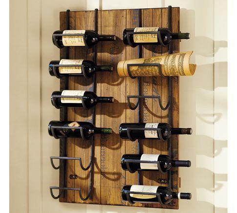 Adega de parede com dois suportes inseridos na madeira que dão apoio às garrafas