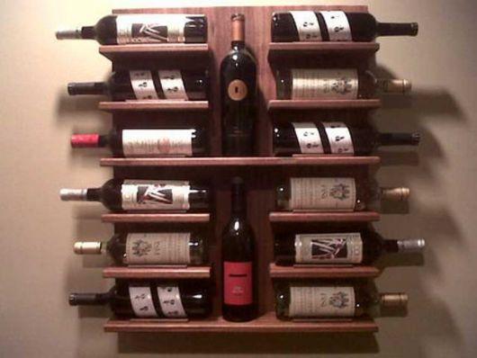 Adega de parede feita de madeira com garrafas posicionadas vertical e horizontalmente