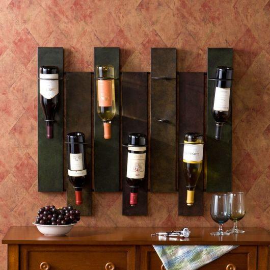 Adega de parede feita de sete pedaços de madeira, sendo que cada um deles comporta uma garrafa