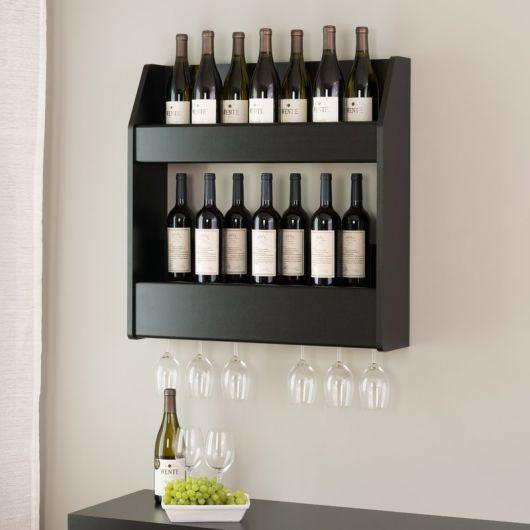 Adega de parede com dois suportes para garrafas, cada um com sete delas