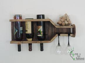 Adega de parede com três garrafas e duas taças, todas viradas para baixo
