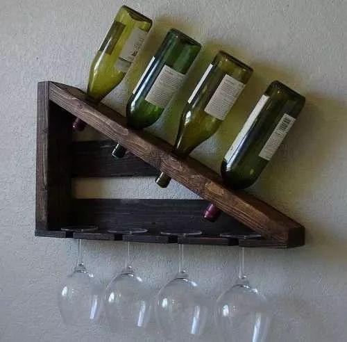 Adega de parede triangular com quatro garrafas e quatro taças, todas viradas para baixo