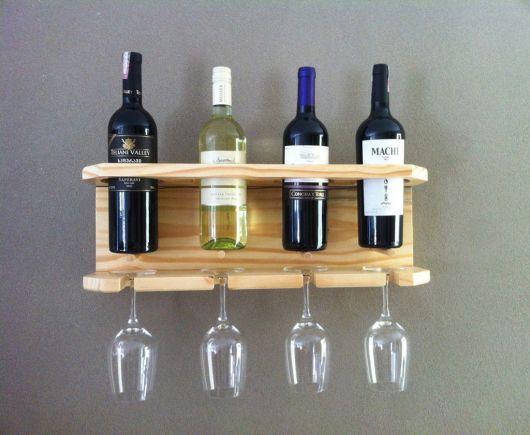 Adega de parede com quatro garrafas viradas para cima e quatro taças viradas para baixo