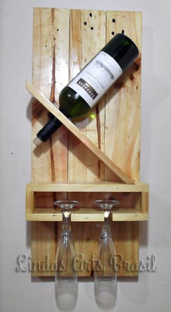 Adega de parede feita de madeira com suporte para apenas uma garrafa de vinho e duas taças