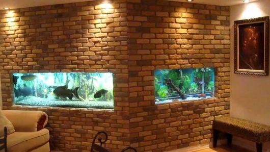 Aquário de parede que possui duas áreas diferentes, cada uma em um local diferente da parede