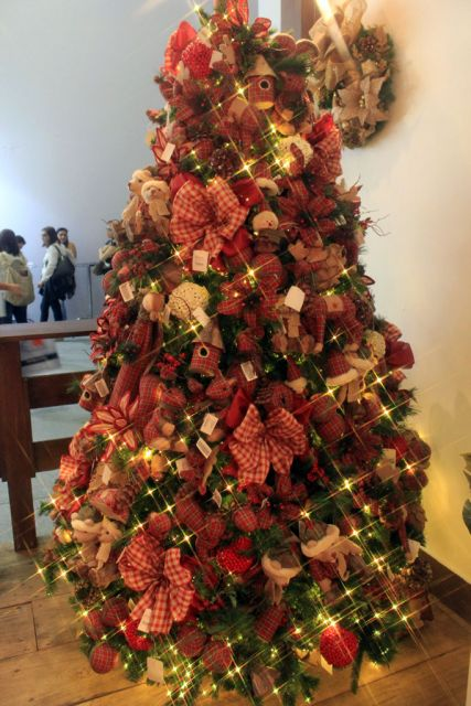 árvore de natal decorada com laços
