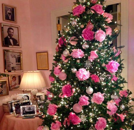 árvore de natal decorada flores rosas