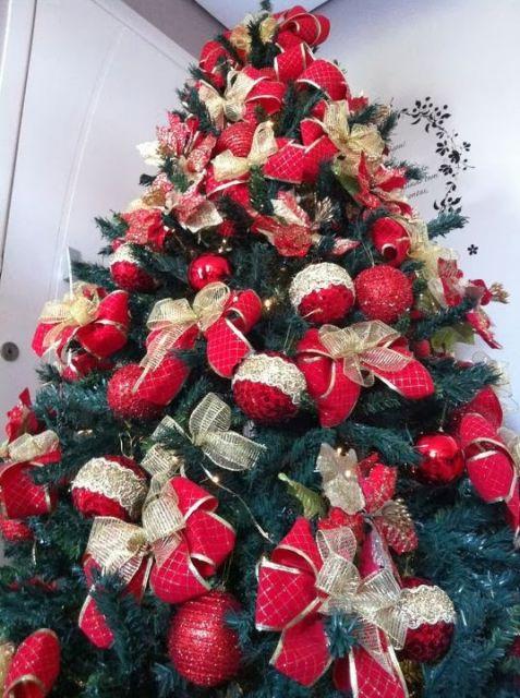 árvore de natal decorada laços vermelhos