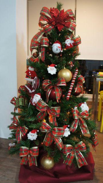 árvore de natal decorada bolas e laços