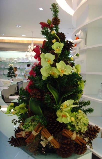 árvore de natal decorada flores frescas