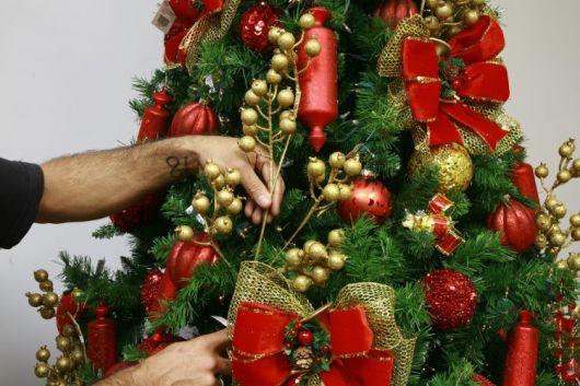 árvore de natal decorada cheia de laços vermelhos