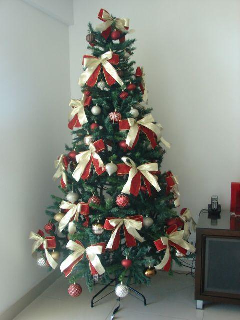 árvore de natal decorada vermelho e dourado