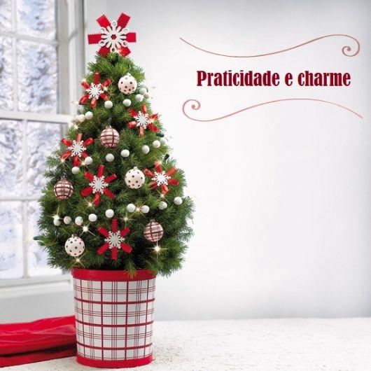árvore de natal decorada pequena e alegre