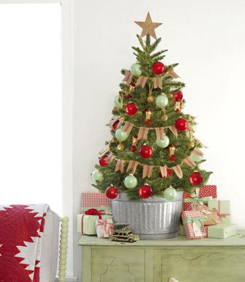 árvore de natal decorada pequena com bandeirinhas