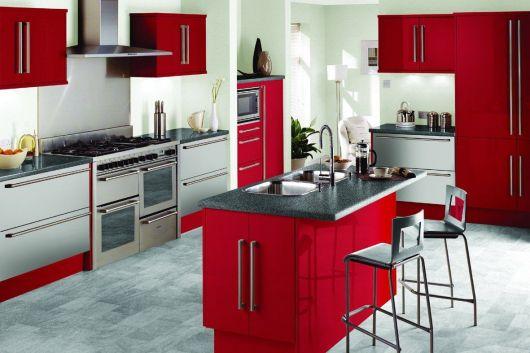 decoração de cozinha americana vermelha bancada